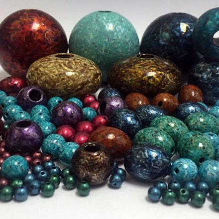 مهرههای رزینی (مهره سنگی) پرده در رنگها، اشکال و سایزهای متنوع. نمونه کارهای ریشهی پرده با استفاده از مهره های رزینی (مهره سنگی) ساخت شرکت زیورآلات ایران.