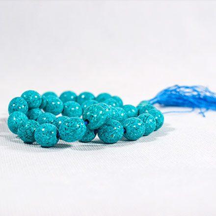 این نوع تسبیح ها با وزن بالاتر نسبت به تسبیح های پلاستیکی عاملی در خوش دست بودن این محصول می باشد که دارای تنوع رنگی جذاب در سایزهای متنوع می باشد.